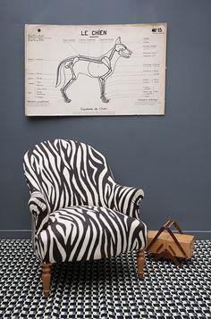 vieux fauteuil patin et recouvert dun vieux drap avec un. Black Bedroom Furniture Sets. Home Design Ideas