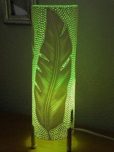 Lampe de table. Tuyau en PVC. Recyclé. Plumes plumes... À la