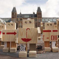 Dit zijn de Rijkswachters. Ze hebben jarenlang de kunstschatten van het Rijksmuseum beschermd en hebben met hen de hele wereld rondgereisd. Het Rijksmuseum is weer open en nu zijn de transportkisten waar deze Rijkswachters van zijn gemaakt, niet meer nodig. De transportkisten krijgen een nieuw leven. Iedere Rijkswachter heeft een ander verhaal. En jij, de nieuwe eigenaar, kan uitzoeken welke kunst