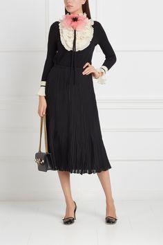 Шерстяной джемпер Gucci - Оригинальный джемпер из натуральной шерсти черного цвета декорирован объемным белоснежным жабо в интернет-магазине модной дизайнерской и брендовой одежды