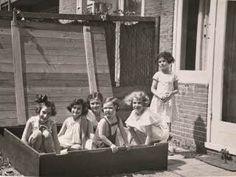 De zandbak bij de familie Ledermann..De 2e van links is Anne. Amsterdam, Juli 1937