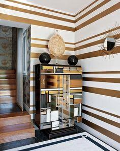 Во все времена золотой цвет в интерьере считался признаком роскоши и достатка. Главное правило при использовании данного оттенка - умеренность.