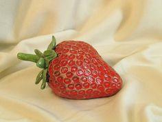 fraise raku fruit céramique grès  artisanal fait main Danièle Meyer Fruit, Artisanal, Recherche Google, Sculptures, Strawberry, Ceramic Pottery, Strawberries, Earth, Handmade