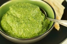5 столовые ложки сухой крапивы листьев 1 чашка оливкового масла 1/2 стакана тертого пармезана или Романо сыр 1 зубчик чеснока, измельчить  1. Смешайте сухой крапивы и оливковое масло в миску. Покрытие и отложенный в течение одного часа. 2. Наведите крапивы-масляной смеси, сыр и чеснок в кухонный комбайн и пульс пока только не смешано. Добавить немного больше оливкового масла, если это необходимо. Хранить в закрытой посуде в холодильнике на срок до одного месяца.