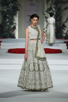 Exclusive jewellery by Sunar Jewels was adorned by models wearing the Song of The Flower couture collection by Varun Bahl at the Indian Couture Week. Indian Bridal Couture, Pakistani Couture, Indian Bridal Fashion, Pakistani Outfits, Indian Outfits, India Fashion, Asian Fashion, Fashion Shows 2015, Bridal Lehenga Choli
