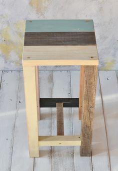廃材を組み合わせて作ったスツール廃材、新材、それぞれの個性、素材を活かしたデザインです。脚に使った廃材が優しくいい雰囲気を漂わせています。真鍮のマイナスネジを...|ハンドメイド、手作り、手仕事品の通販・販売・購入ならCreema。