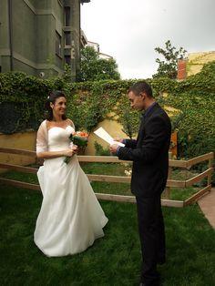 En Roura llegint el poema i lliurant el ram a la núia