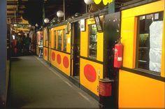 BERLIN 1973-1991, auf der 1972 stillgelegten Hochbahnstrecke zwischen Wittenbergplatz und Gleisdreieck, befand sich von 1973-1991 im Hochbahnhof Nollendorfplatz ein Flohmarkt. In 16 ausgedienten A2 Wagen wurde jeglicher Trödel angeboten. In der Kneipe gab's Dixieland- und Swing-Live-Musik am WE. Heute fahren hier wieder die Züge der Linie U2