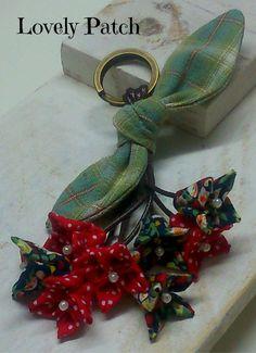 Con este trabajo he disfrutado mucho, me encanta coser a mano, me relaja mucho y éste es ideal para ello, porque se hace todo a mano. ... Felt Flowers, Diy Flowers, Fabric Flowers, Shabby Chic Flowers, Ribbon Work, Fabric Ribbon, Fabric Jewelry, Flower Tutorial, Fabric Dolls