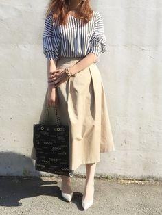 丈がちょっと長めのふんわりスカートはベージュで軽めに爽やかに。ストライプのカジュアルなシャツを合わせても、綺麗めスカートの効果でカジュアルになりすぎません。