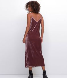 Vestido feminino  Modelo Midi  Com detalhe em chiffon  Marca: Cortelle  Tecido: veludo  Modelo veste tamanho: P     Medidas da modelo:     Altura: 1,73  Busto: 89  Cintura: 60  Quadril: 90     COLEÇÃO INVERNO 2017     Veja outras opções de    vestidos femininos   .
