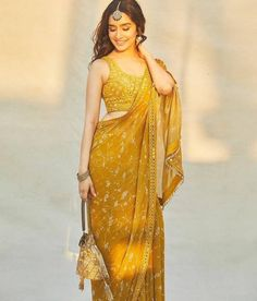 Dress Indian Style, Indian Fashion Dresses, Indian Designer Outfits, Saree Designs Party Wear, Saree Blouse Designs, Choli Designs, Sari Blouse, Lehenga Designs, Blouse Patterns