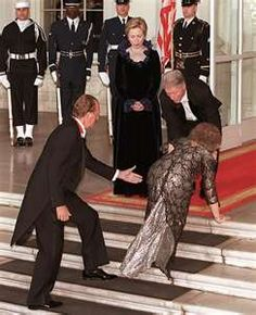 Queen Sofia of Spain trips at the White House. the same charm as Diana in some ways, i remember tripping up the stairs on my first day of high school urghh.
