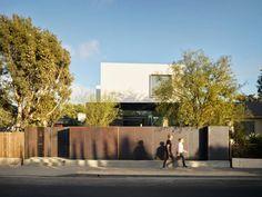 EYRC + johannes girardoni spectral bridge house emits light and color in venice, california Venice California, Wood Cladding, Architect House, Art And Architecture, Modern Design, Bridge, Architects, Contemporary Homes, Modern Homes