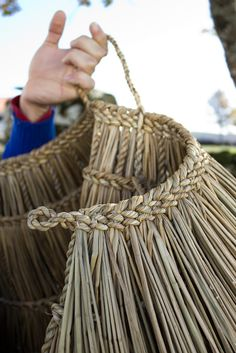 Tim Johnson - Basketmaking - Working with Rush, Grasses, Bark and other soft materials. Flax Weaving, Willow Weaving, Weaving Art, Basket Weaving, Hand Weaving, Wood Crafts, Diy And Crafts, Maori Designs, Maori Art