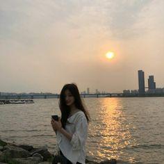 Image may contain: 1 person, ocean, sky, wedding, outdoor and water Mode Ulzzang, Ulzzang Korean Girl, Ulzzang Couple, Pretty Korean Girls, Cute Korean Girl, Asian Girl, Fotos Do Instagram, Instagram Girls, Korean Aesthetic