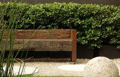 A cerca viva de viburno pode ser usada em espaços restritos. Sua manutenção é feita por meio da poda, que lhe dá forma e limita sua altura.