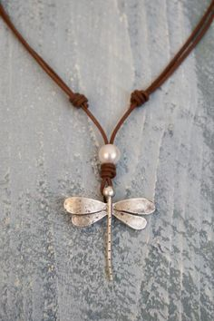 Die New Classic Pearl Nec - Diy Schmuck Trends Dragonfly Jewelry, Wire Jewelry, Jewelry Gifts, Jewelery, Jewelry Necklaces, Bracelets, Jewelry Ideas, Beaded Dragonfly, Leather Necklace