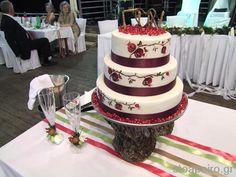Τούρτα γάμου ζωγραφιστή με ρόδια και βάση από κορμό ξύλου!