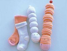 Sie sind zum Kuscheln und Liebhaben: die Würmchen aus flauschigen Babysocken.Das brauchen Sie dazu: Geringelte Söckchen, Füllwatte, Stickgarn und kleine...