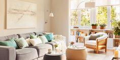 Muebles e ideas para aprovechar los huecos muertos o rincones de salones pequeños: librerías, muebles bajo la ventana, baldas, muebles para el televisor