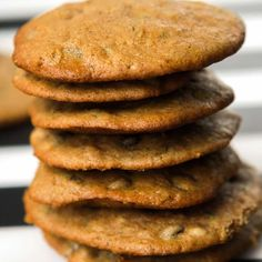 Let's bake some EASY Chocolate Chip Zucchini Cookies! If you love a crispy cookie, this cookie recipe is for you. So simple and ready in just 15 minutes! Zucchini Chocolate Chip Cookies, Zucchini Cookies, Zucchini Tots, Dozen Cookie Recipe, Cookie Recipes, Pancake Healthy, Healthy Meals, Crispy Cookies, Almond Cream