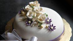 Når det skal feires er Lise Finckenhagens forslag en frisk kake med marsipanlokk. Her har du oppskriften på festkake med sitronkrem og rørte bringebær.