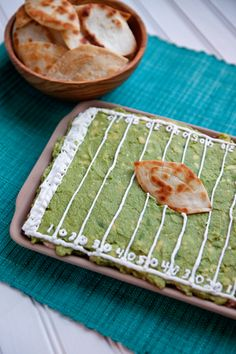 Great DIP for Super Bowl Sunday! Football field taco dip *Refried Beans *sour cream-cream cheese-taco seasoning *guacamole *sour cream for piping lines & *Stack tortilla chips - cut football shape - bake 10 min @ Super Bowl, Tailgate Food, Tailgating, Layered Taco Dip, Football Food, Football Parties, Game Day Food, Refried Beans, Fruit Recipes