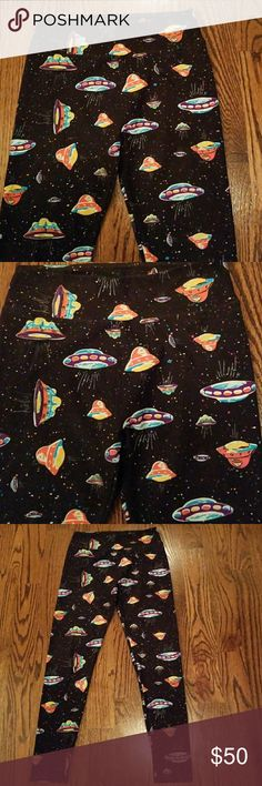 👽Spaceship Leggings Size OS 2-10👽 👽👽👽Eunicorn Alert! Hard to find pattern spaceship leggings size OS 2-10.👽👽👽 Worn 1X and have no rips, piling, or wear. Smoke free home. Excellent Condition like new. Washed per Lularoe instructions and hung to dry. LuLaRoe Pants Leggings