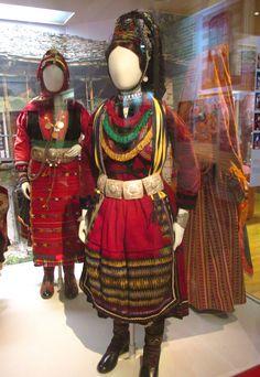 Παραδοσιακή φορεσιά αρραβωνιασμένης Βλάχας απο την Προσοτσάνη Δράμας./(Λαογραφικό και Εθνολογικό Μουσείο Μακεδονίας- Θράκης)