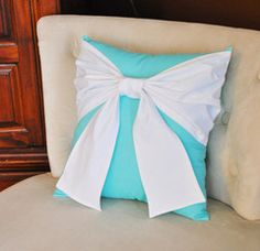 Throw Pillow White Bow on Bright Aqua Pillow -Tiffany Blue Pillow from bedbuggs on Etsy. Saved to Things I want as gifts. Aqua Throw Pillows, Bow Pillows, Blue Decorative Pillows, Decor Pillows, Accent Pillows, Tiffany Blue Bedroom, Tiffany Inspired Bedroom, Décor Boho, Tiffany And Co