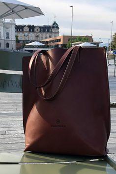 FREIFORM PURE BAG, BRAUN.   Swiss Design, handgefertigt in Italien aus pflanzlich gegerbtem Rindsleder. Rind, Form, Madewell, Pure Products, Tote Bag, Bags, Design, Fashion, Italy