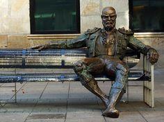 estatua Reflexión de Casto Solano en la calle Dato (Vitoria-Gasteiz)