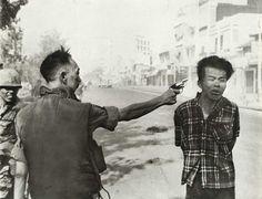 Hoe was het leven van een Vietnamese burger? Bejaarde en kinderen in Noord- Vietnam werden naar het platteland gestuurd. De vrouwen werden ingezet om te werken. Mannen in Zuid- Vietnam moesten meevechten in de oorlog.  1975 Noord- Vietnam viel Zuid- Vietnam binnen. Deze man wordt onder schot gehouden.