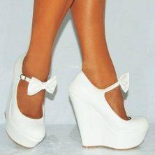 zapatos blancos con tobillera, moño y taco chino