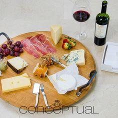 Una deliciosa tabla de quesos, una excelente compañía y un buen vino, simplemente un momento perfecto. #Momentos #Conceptual