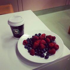 Guten Morgen meine Lieben! Zum Frühstück in der Arbeit gibt es heut Himbeeren und Heidelbeeren und Cappuccino. Wünsche euch einen guten Start in den Tag :) #weightloss #abnehmen #abnehmtagebuch #abnehmen2015 #almased #bikinifigur2015 #bikinifigur #diät #transformation #fit #fitness #lowcarb #ranandenspeck #cleaneating #cleanfood #fooddiary #paleo #fruit #healthy #healthyfood #food #traindirty #trainhard #followme #losingweight #weightlossjourney #progress #hungry#breakfast#berries by..