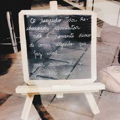 Foto de uma plaquinha de chalkboard com escritos para uma vida saudável @biajiacomine