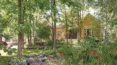 Coin de nature en banlieue | Les idées de ma maison © TVA Publications | Photo: Yves Lefebvre #deco #exterieur #vegetaux #arbres #fleurs