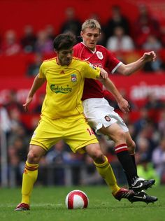 #LFC midfield legend Xabi Alonso battles for the ball with Darren Fletcher at Old Trafford back in 2006.