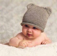 Tutte le istruzioni per realizzare a maglia un cappellino con le orecchie, facilissimo ma di grande effetto, da lavorare con i ferir circolari.