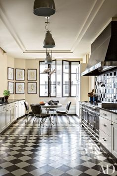 A black-and-white checkered floor brings drama to the Paris kitchen of interior designer Linda Pinto.