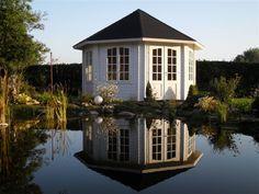 Der Gartenpavillon in Weiß eignet sich auch perfekt als Seehaus - ansehnlich und gemütlich.