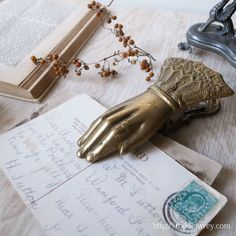 メッセージを持ち続ける金色の手 / Antique Victorian Hand Clip  袖口のレースが豪華なヴィクトリアン・ハンドクリップ。  #アンティーク #イギリス #ビクトリアン
