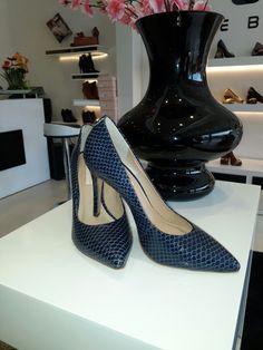 Gran oferta de tienda Luxury hermoso stiletto azul con el 50% de descuento de $us 120 a 60 solo por hoy. Talla única #37