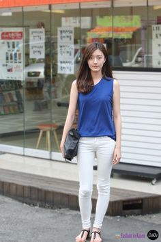 Korean street fashion in Hongdae #streetfashion #seoulstreetfashion #whitepants #bluesleeveless #blackclutch