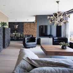 Milla Alftanin suunnittelema elegantti ja tyylikäs sisustus, joka yhdistelee ajatonta mustaa ja ruskean eri sävyjä.