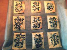 Ingrediënten 9 crackers 4,5 plakken 30+ jonge kaas 27 gr pompoenpitten Bereiding Halveer de plakken kaas Leg ze op het bakp...