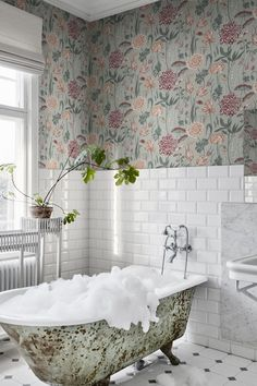 54 Premium Modern White Bathroom with White Cabinets Ideas - HomeCNB Classic Wallpaper, Green Wallpaper, White Bathroom, Small Bathroom, Classic Bathroom, Boutique Wallpaper, Design Retro, Bathroom Wallpaper, Bathroom Inspo