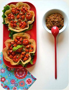 Tartelettes croustillantes à la tomate cerise, (Comté, graines de sésame et pavot) et au pesto rouge. En feuilles de brick.